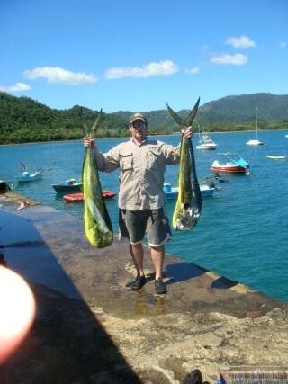 manshowing2fishs