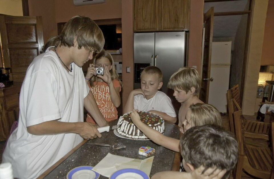 slider-cutting-birthday-cake-family