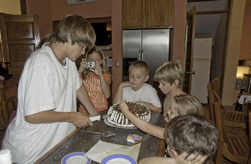 slider-cutting-birthday-cake-family