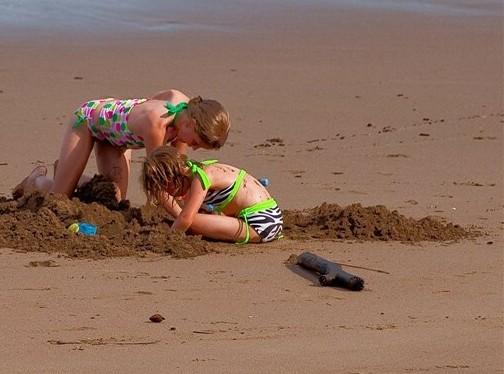 slider-kids-digging-sand