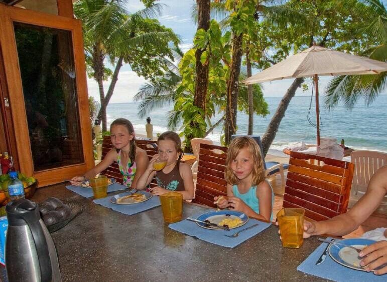 slider-kids-eating-at-outside-counter