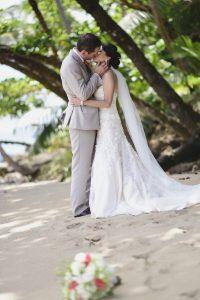 bride-groom-kissing-beach-costa-rica