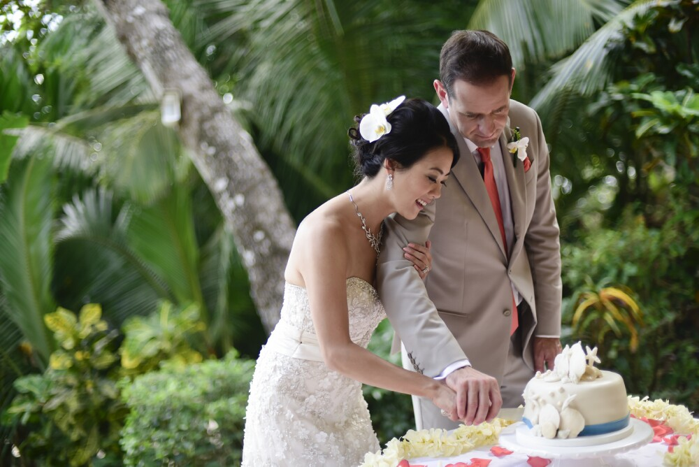 cutting-wedding-cake-beach-costa-rica