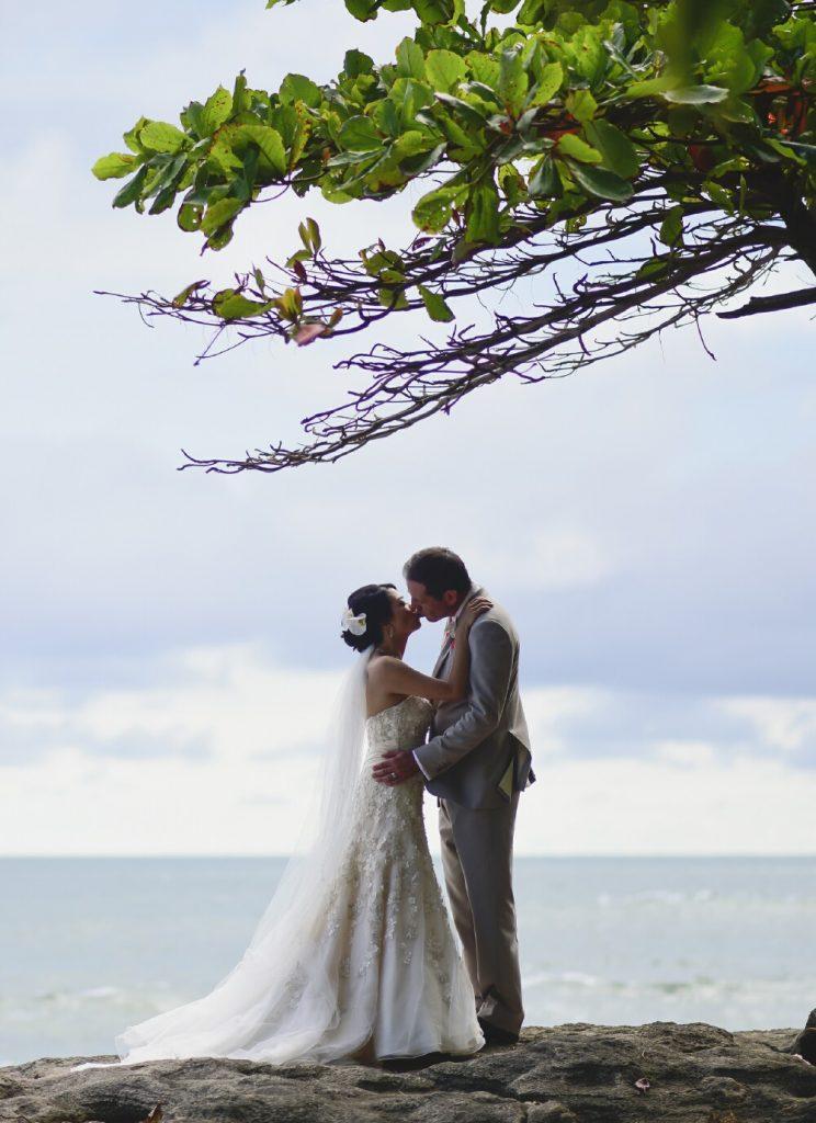 wedding-couple-kissing-beach-costa-rica